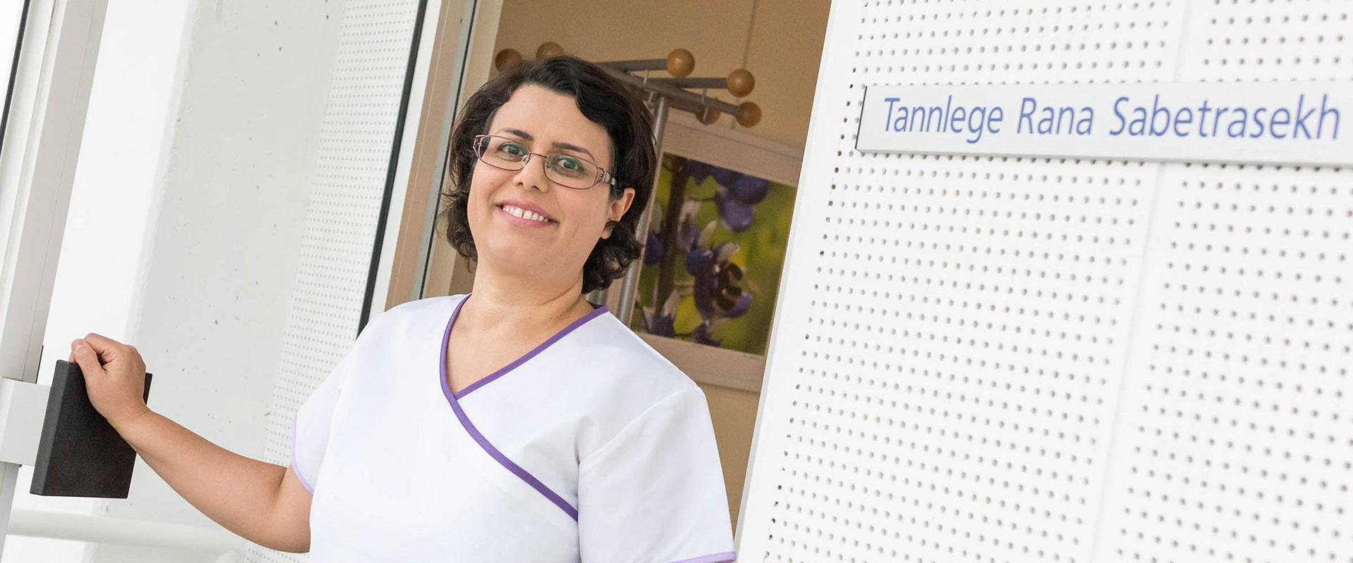 Tannlege Rana i døråpningen inn til klinikken.