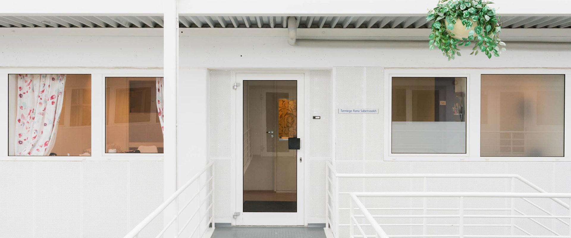Inngangsdøren til tannlegeklinikken.
